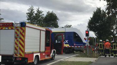 Feuerwehr evakuiert Regionalzug am Bahnübergang bei Binder